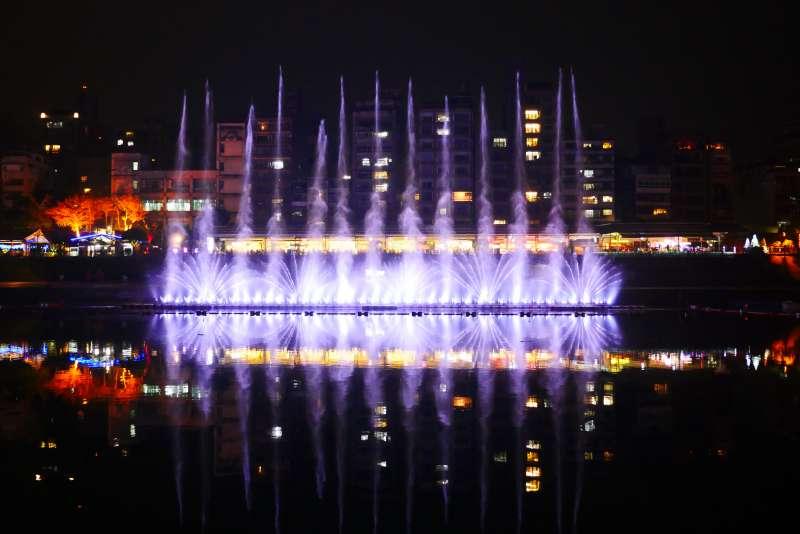 全台首見的〈直泉〉水幕,將展現從瞬間飛衝搖身化為仙氣繚繞的魔幻藝術。(圖/新北觀旅局提供)