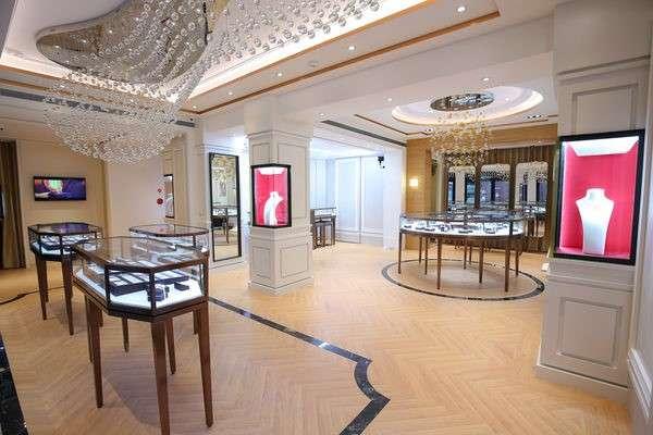 1樓展示廳的設計除了有設計感、能展示商品,更重要的是保留寬敞空間,簡約中又帶有獨特風格。(圖/ALUXE亞立詩提供)