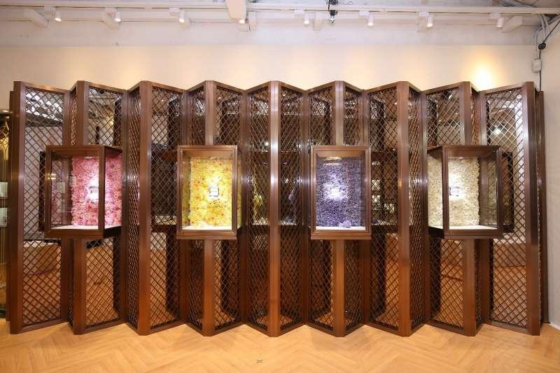 展示櫃與後方的屏風設計突顯出兩種視覺配置的巧思,來訪時不要錯過近距離欣賞職人珠寶工藝的機會!(圖/ALUXE亞立詩提供)