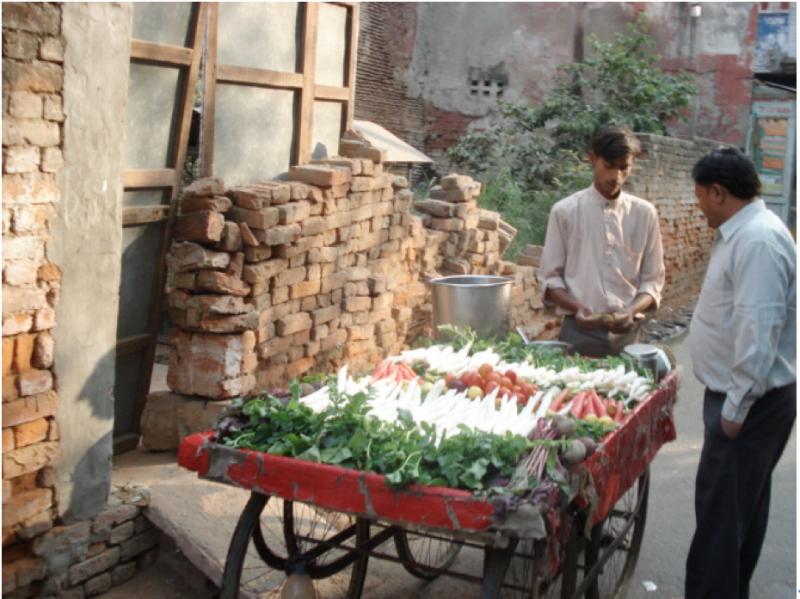 20170308-印度也有許多廣義的好男人,經常可在菜市場看到買菜的男人。(作者提供)