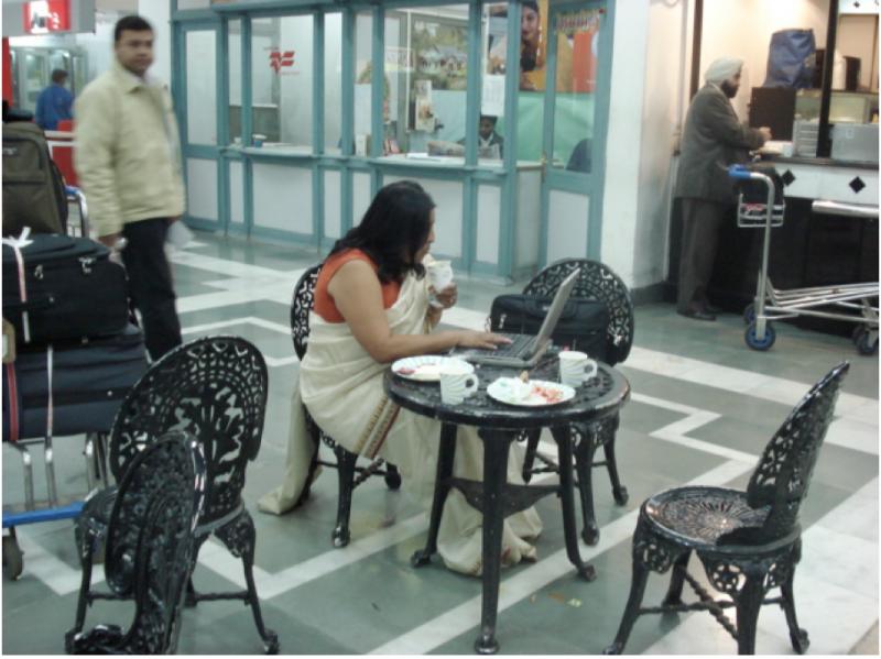 20170308-在印度國內班機的航站裡,經常可見自己提著公事包、筆記型電腦出差的印度女性,獨立自主的程度,不亞於已經完全西化的台灣。(作者提供)