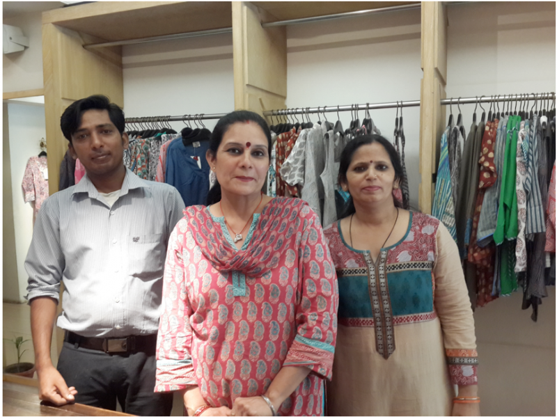 20170308-在精品名店上班的印度女性;中立者為擔任店長多年,她也是洋溢幸福笑容地告訴我,夫婿給她很大自由,不會管她太多。(作者提