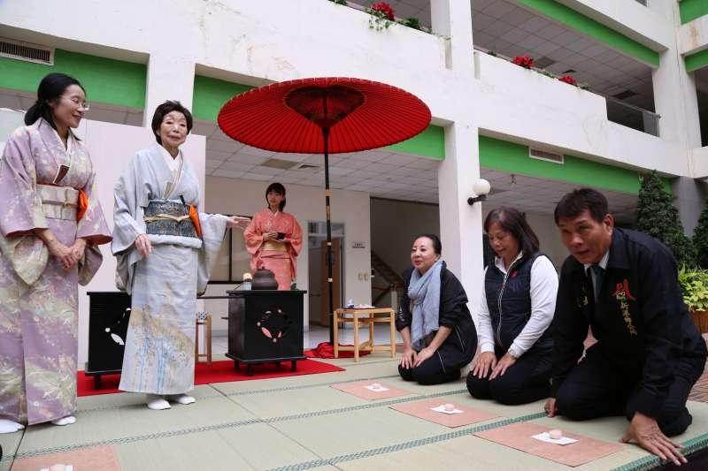 嘉義縣長張花冠等人體驗日本茶席文化。(圖/嘉義縣政府提供)