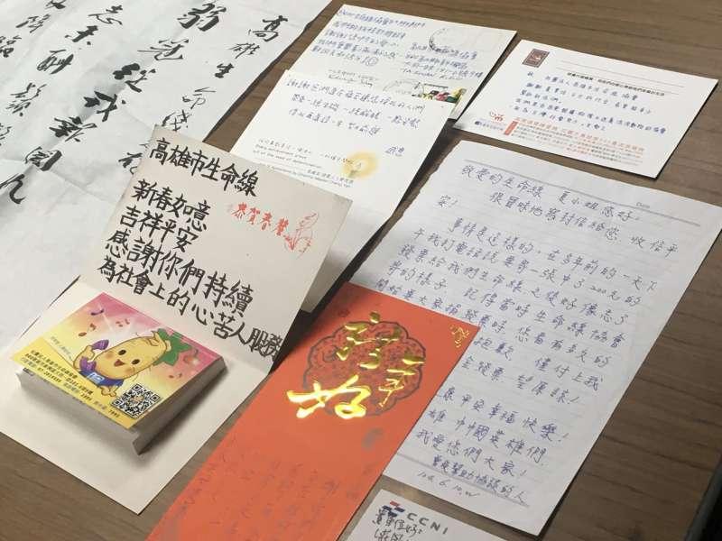 攤開一封又一封的感謝函,雖然只是簡單幾行字,對這些志工來說,卻已是無比珍貴的肯定。(圖/鐘敏瑜攝)