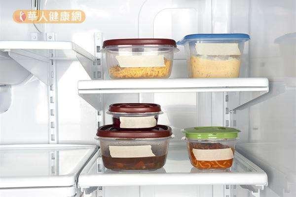 塑膠盒用久了容易有食物異味殘留,咖啡渣可以幫忙除臭!(圖/華人健康網提供)