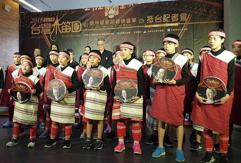 桃山國小的小朋友高唱「不凡的愛」,用天籟迎接來自歐洲的音樂大師。(圖/方詠騰攝)