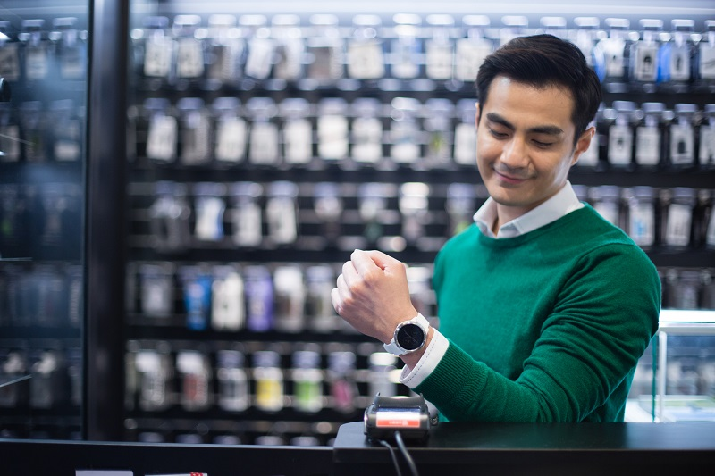Garmin Pay™ 適用於各大銀行所發行的信用卡。只需將支援的信用卡新增至手腕上的 Garmin Pay 虛擬錢包,多重優惠回饋立刻享受。出門不但不用帶皮夾,手機也能留在家,感應支付實現美好購物體驗,更快速、更安全、更便利。(圖/Garmin)