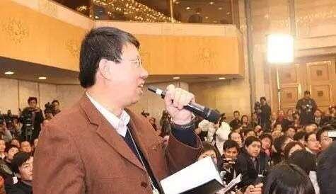 20180314-2009年一位《陝西日報》記者卓九成,舉了8年的手,終獲幸福光顧,但幸福來得太突然,麥克風拿反還了繼續問。(取自網路)