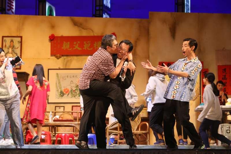 綠光劇團受台南市政府之邀,24日晚上7時,在臺南市新營體育場-田徑場演出《人間條件》,萬人共同在星空下「體驗人間」(綠光劇團)