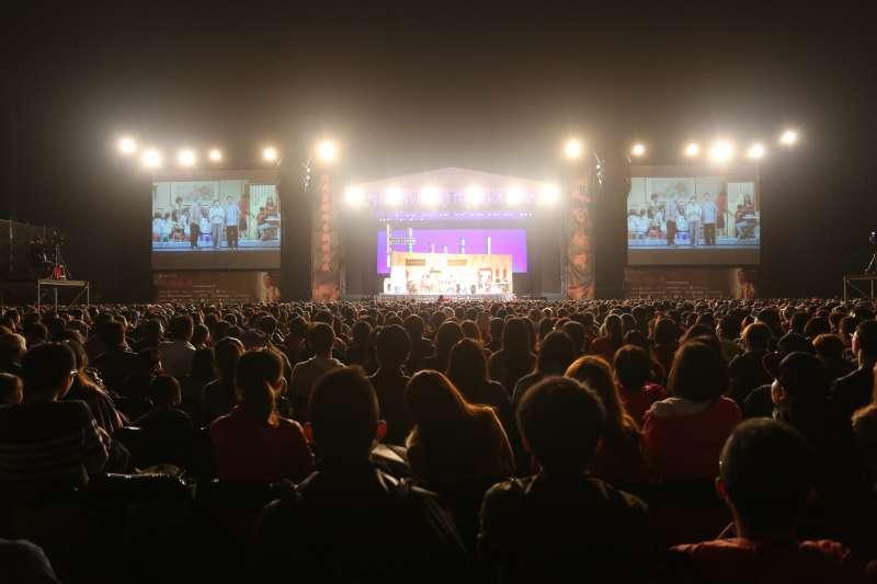 綠光劇團受台南市政府之邀,24日晚上7時,在臺南市新營體育場-田徑場演出《人間條件》,萬人共同在星空下「體驗人間」。(綠光劇團)