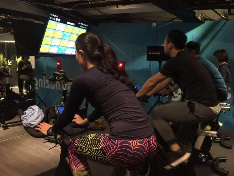 吹起室內運動正夯,結合科技與時尚品味的台灣第一個智慧型健身服務「心率飛輪教室」,在「輕適能運動空間」正式登場。