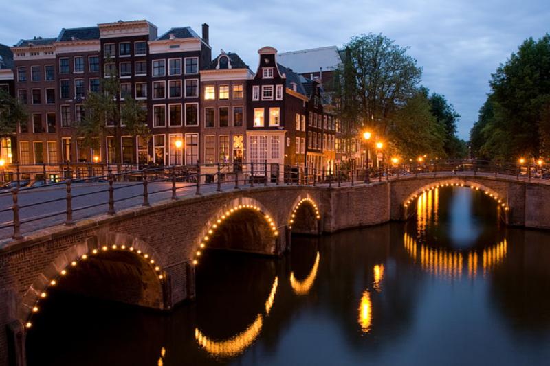 1970年代荷蘭房價高漲,有民眾開始佔領運河旁的閒置豪宅。圖為阿姆斯特丹皇帝運河。 (圖/截自維基百科,好房網提供)