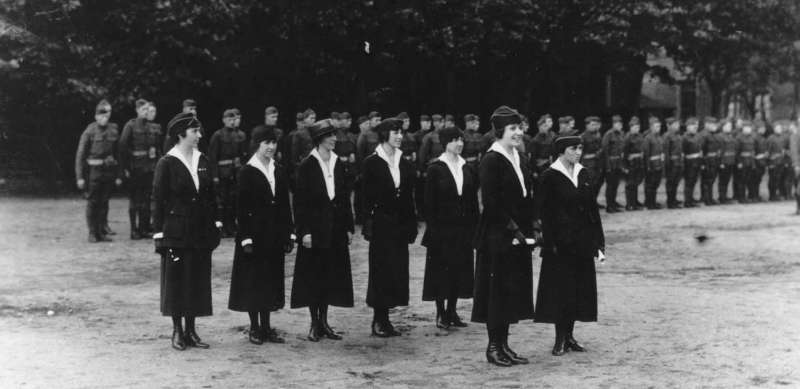 一戰美軍的女性通訊部隊。後排左一為班克爾。(Wikipedia / Public Domain)