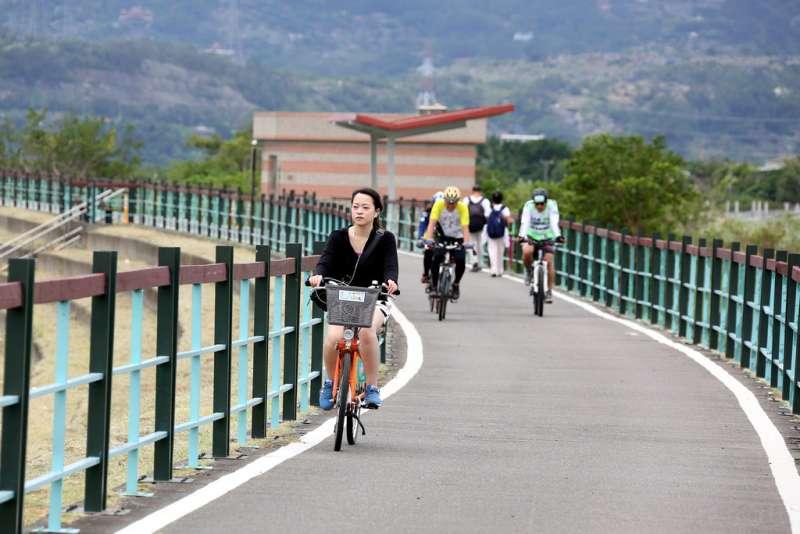 二重疏洪道的建設,讓居民可以騎在淡水河畔的自行車道上,欣賞生活中的美好。