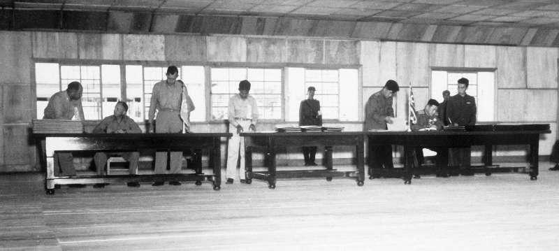 1953年7月27日,聯合國軍、朝鮮人民軍與中國人民志願軍3方在板門店簽署《韓戰停戰協定》(維基百科/公有領域)