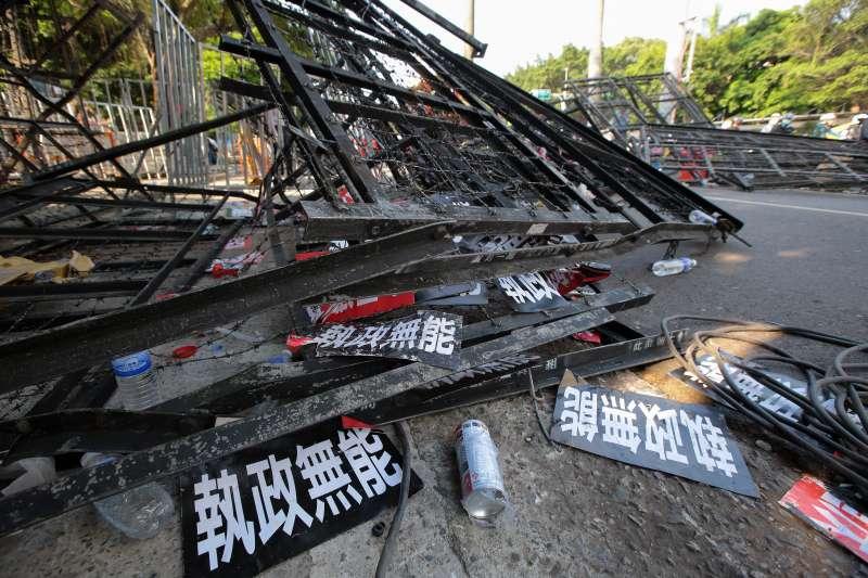 20180426-反年改團體25日試圖衝入立院,與警方發生激烈衝突,並在拒馬及地上留下「執政無能」等的標語。(顏麟宇攝)