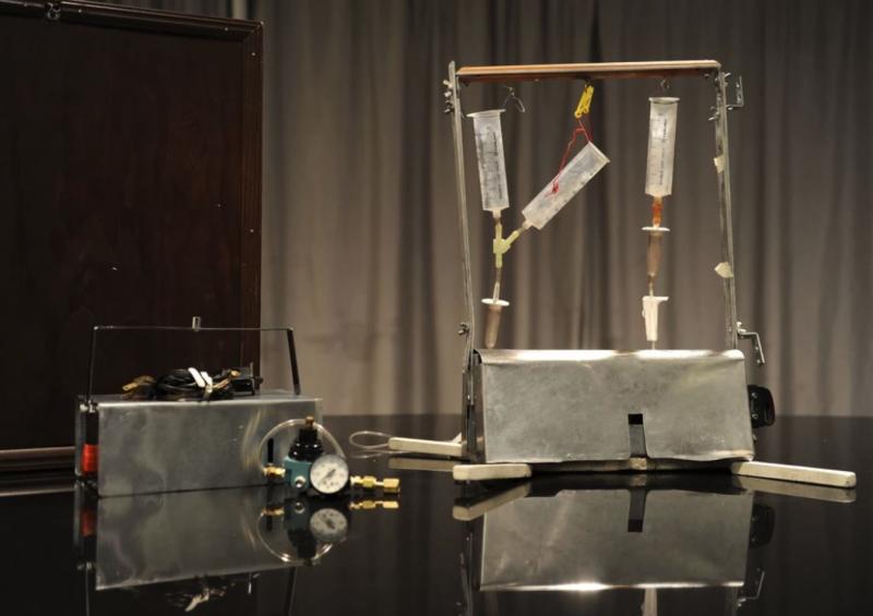 Jack Kevorkian DIY 的安樂死機器 Thanatron,最大的特色在於病患需自行按下按鈕,迎接自己的死亡。(圖/翻攝自 Motherboard,智慧機器人網提供)