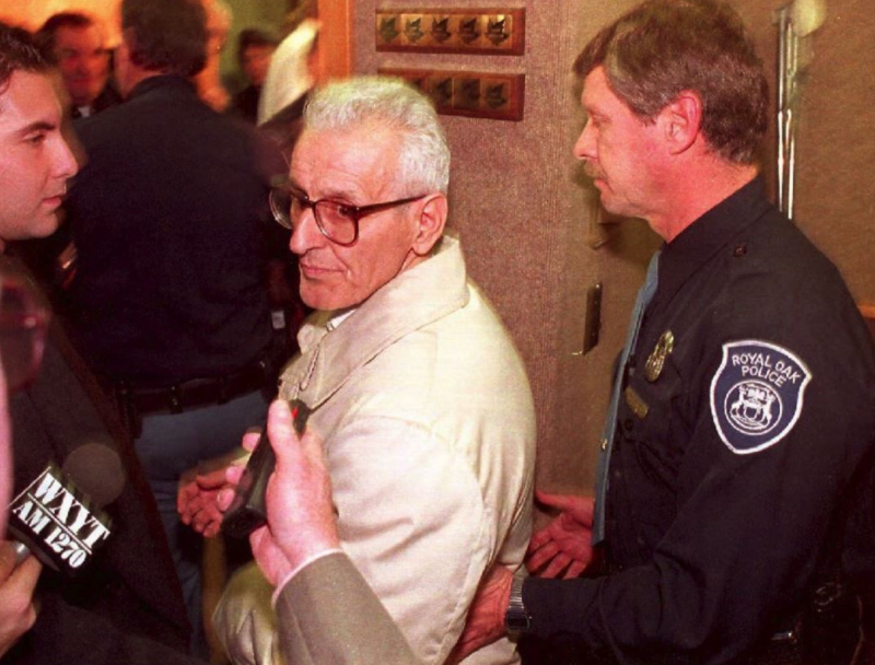 Jack Kevorkian 因非法協助患者自殺,遭警方逮捕。(圖/翻攝自 Motherboard,智慧機器人網提供)
