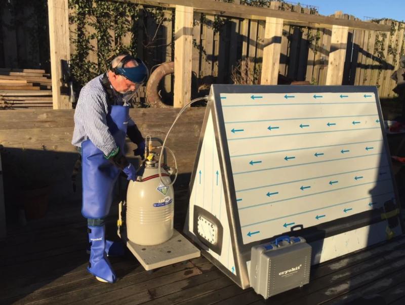 Nitschke 正在測試氮氣罐。(圖/翻攝自 Motherboard,智慧機器人網提供)