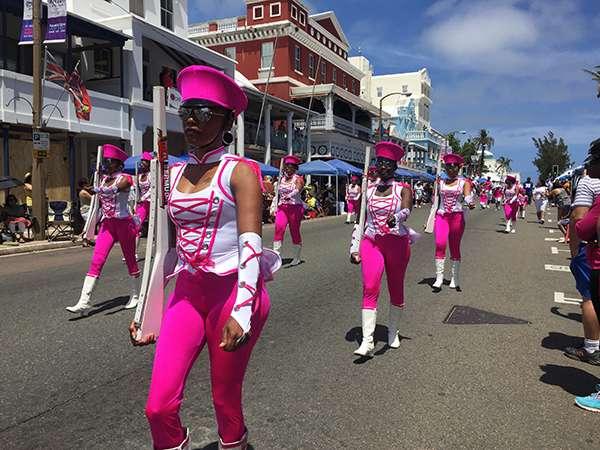 「百慕達日」遊行的粉紅女子軍團。(圖/李遙岑,澎湃新聞提供)