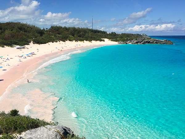 在懸崖頂俯看粉紅沙灘,粉紅沙灘的成因在於當地近海一種有孔蟲的遺骸混合了白色的珊瑚粉末,形成了奇特的色澤。(圖/李遙岑,澎湃新聞提供)