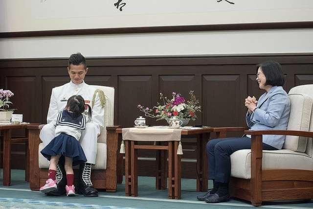 20180511-海軍儀隊上兵蘇祈麟10日獲總統蔡英文於總統府接見,蘇的女兒開心得滿場飛奔,甚至蘇祈麟與蔡英文對話時撲到老爸身上。(取自總統府)