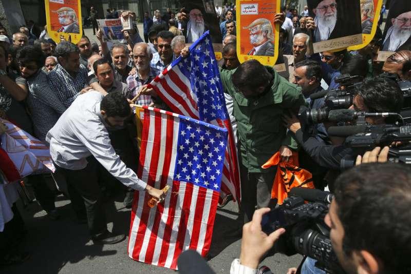 2018年5月11日,伊朗首都德黑蘭的民眾,抗議川普退出伊朗核子協議,焚燒美國國旗。(AP)