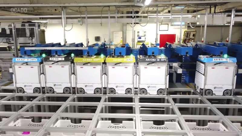 在倉庫側邊充電的機器人。(圖/截自 YouTube,智慧機器人網提供)