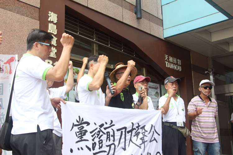 20180516-台灣國創辦人王獻極16日在民進黨中央樓下,表示如果民進黨禮讓柯文哲,將剪掉黨證。(陳韡誌攝)