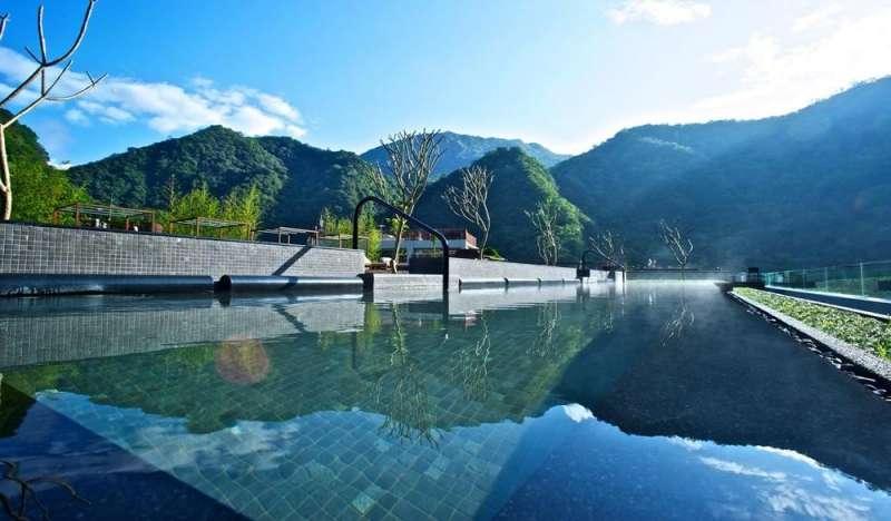 能眺望太魯閣秀麗山色的室外游泳池。(圖/HotelsCombined提供)