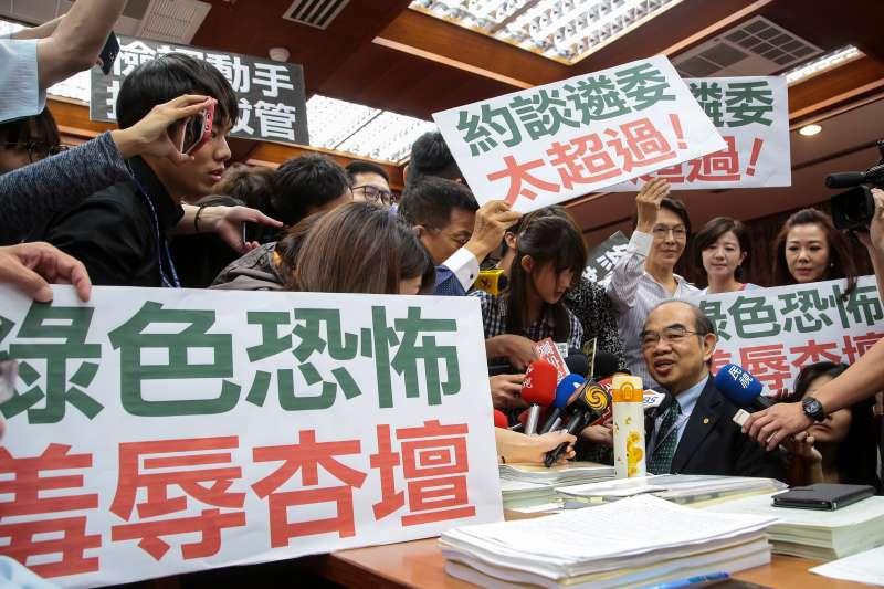 20180524-教育部長吳茂昆24日出席教育委員會,遭國民黨立委舉「綠色恐怖,羞辱杏壇」等標語包圍抗議。(顏麟宇攝)
