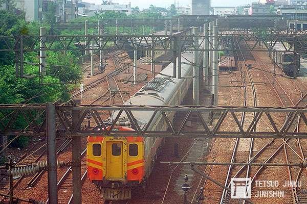 台鐵舊員林站,過去曾有糖鐵線與台鐵線,進行直通運轉,而且因兩者軌距不同,所以便出現如左上角的三軌區間,讓台鐵的貨車,也能駛入台糖的路線內。(攝影:陳威臣).jpg