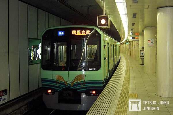 直通運轉不僅只有首都圈,就連京都市地下鐵,都有其他私鐵路線直通運轉,例如照片中的京都市地下鐵烏丸線,就有從奈良來的近鐵列車3200系直通運轉。(攝影:陳威臣)