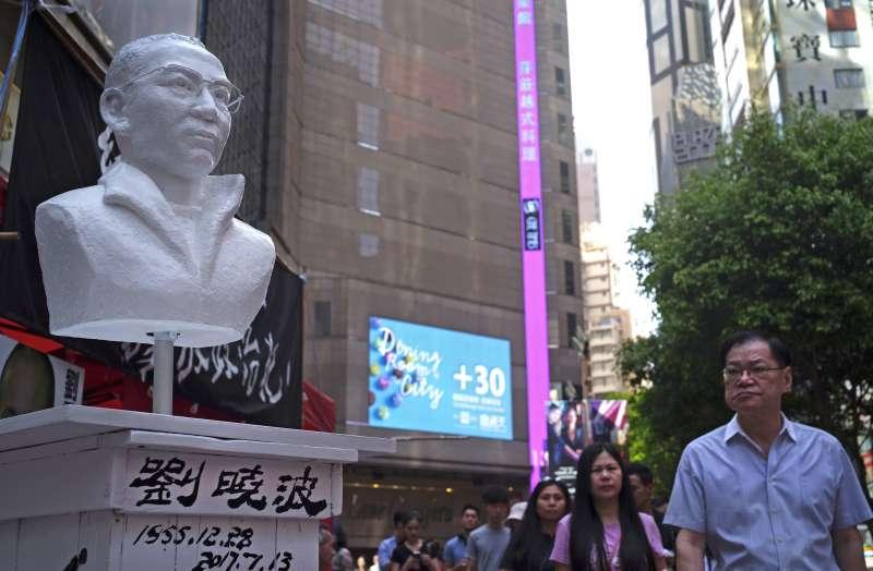 2018年6月,香港民��e行悼念六四天安�T事件活�樱�展示��圆ǖ裣瘢�AP)