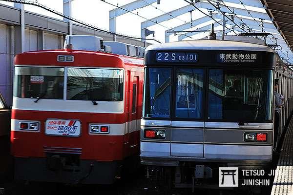 東武伊勢崎線也與東京地下鐵日比谷線直通運轉,所以可以在同一路線,看到日比谷線列車(右邊)與東武線特急(左邊)同時運轉。(攝影:陳威臣)