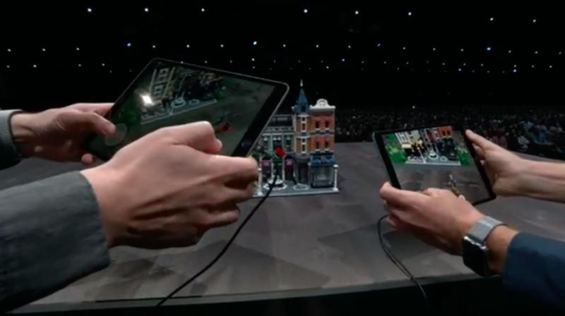 樂高(LEGO)在蘋果開幕演說上展示雙人連線玩AR遊戲的畫面。(圖/取自Apple,數位時代提供)