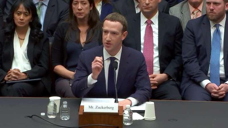 Facebook CEO祖克柏以搜集用戶行為資料、讓廣告主投放目標廣告來賺錢,卻也因此惹上資料外洩、影響選舉糾紛。(圖/E&C)