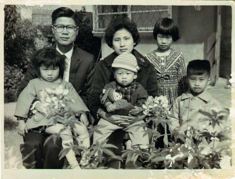 傅崐萁幼年時的全家福,家裡有四個小孩,傅崐萁是老么(前排中)。(傅崐萁提供)