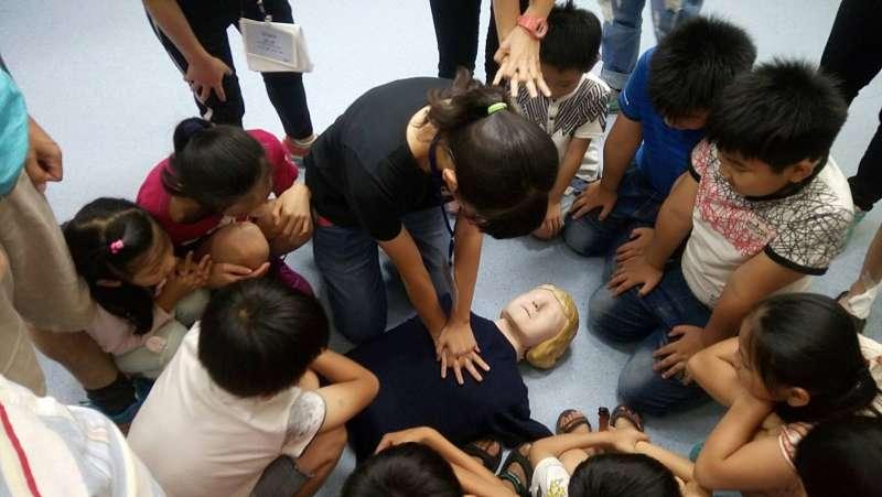 孩子學習如何急救。(圖/想想論壇提供)