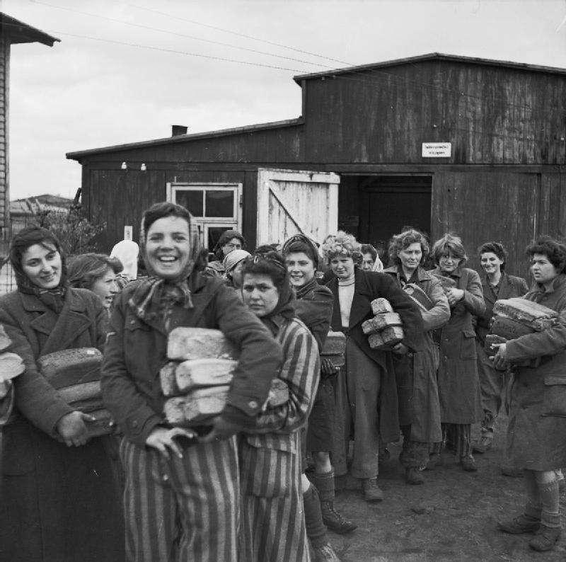 1945年伯根-貝爾森集中營內重獲自由的女性。(維基百科公有領域)