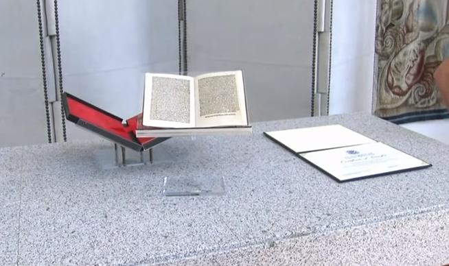 15世紀,哥倫布寫給卡斯提亞女王伊莎貝拉一世與阿拉貢國王費爾南多二世的書信手抄本在多年前失竊,近日美國歸還給西班牙(截自YouTube)