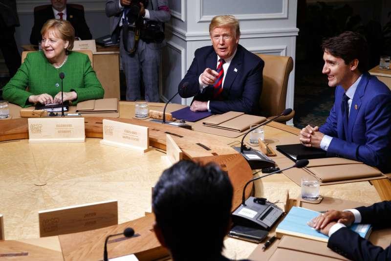 梅克爾、川普、杜魯道8日於G7峰會上。(AP)