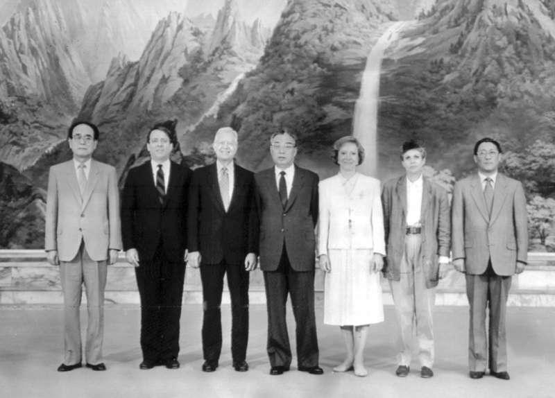 1994年6月16日,時任北韓最高領導人金日成(中)與來訪的前美國總統卡特(左3)會面。(AP)