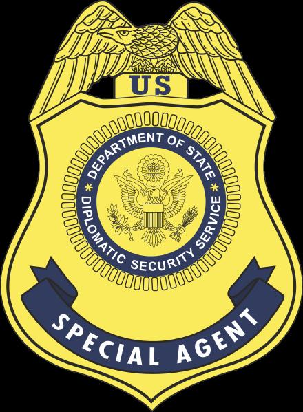 20180612_疑似美國國務院外交安全局的人員,在西裝外套左領上,似乎有外交安全局的局徽。(翻攝維基百科)