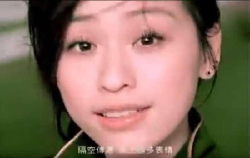歌手王心凌在2006年推出的歌曲《Honey》中,歌詞也受到MSN文化的影響。(圖/取自《Honey》MV)
