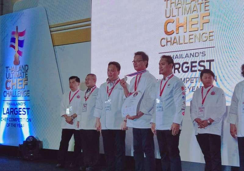 達科技大學餐旅經營系黃家洋及王申長老師參加2018泰國極限廚師挑戰賽職業組競賽,上台獲頒獎牌。(圖/育達科大提供)
