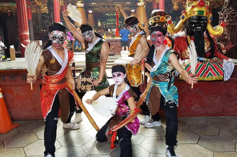 國內年輕藝術團體「鐵四帝」舞團,以街舞表演方式詮釋宗教文化活動,令人耳目一新。(圖/方詠騰攝)