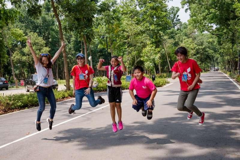 分組任務拍照是孩子們最關心的時刻,「拍出5人大跳躍」的任務題,讓小小攝影師們捕捉到志工老師與同學們瞬間跳起的趣味模樣。