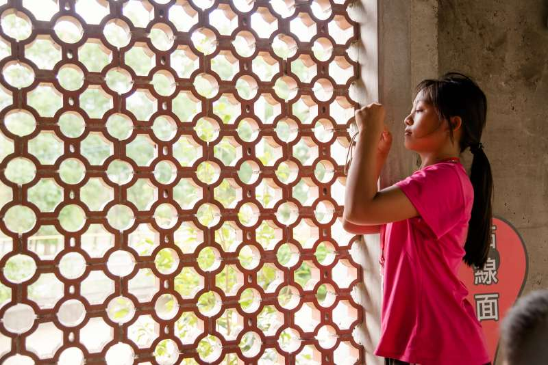 活動進行至第三天,孩子已養成習慣看見什麼就拍!就算是再平常不過的建築一隅,也能拍出充滿意境的絕佳照片。