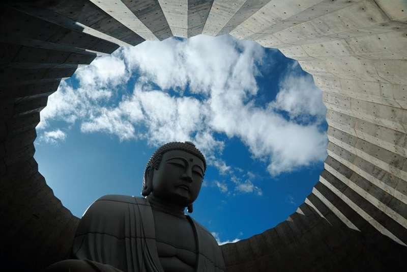 大佛所在位置空出巨大的空間,透過小洞口與大佛身的對比,感受生命渺小而無常的省思。